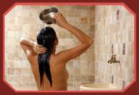 Femme se rinçant les cheveux au hammam